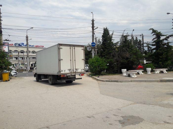 Площадь 50-летия СССР снова превращается в проезжую часть: неизвестные «срезали» ограждение