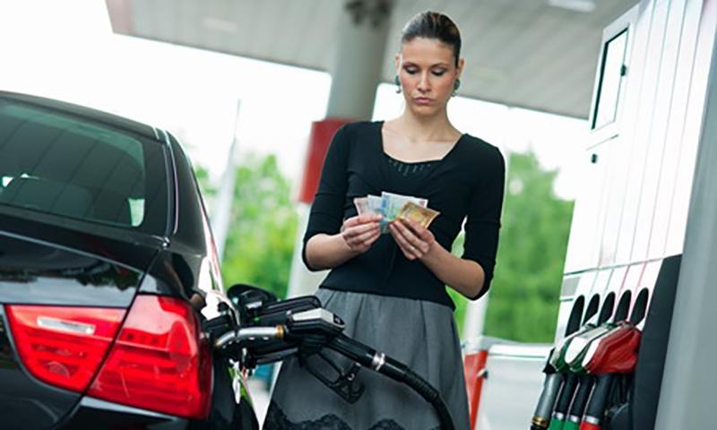 Власти обещают, что раньше осени цены на бензин не снизятся