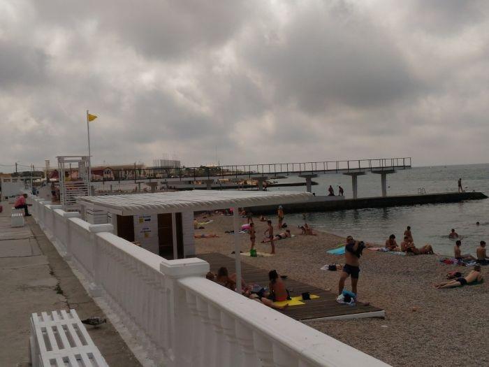 В каком состоянии встречает отдыхающих пляж в севастопольском Парке Победы?
