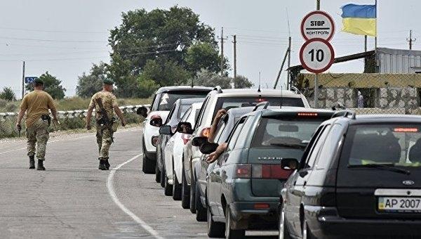 На въезде в Крым со стороны Украины выстроились километровые очереди из машин