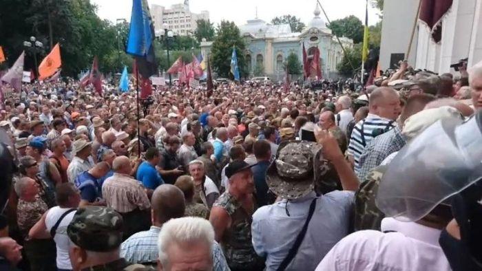 Дубинки и слезоточивый газ: в Киеве народ атаковал Верховную Раду
