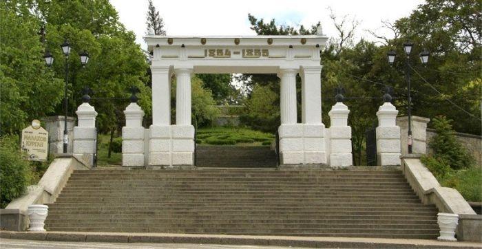 В Севастополе восстановили исторические скамейки на Малаховом кургане