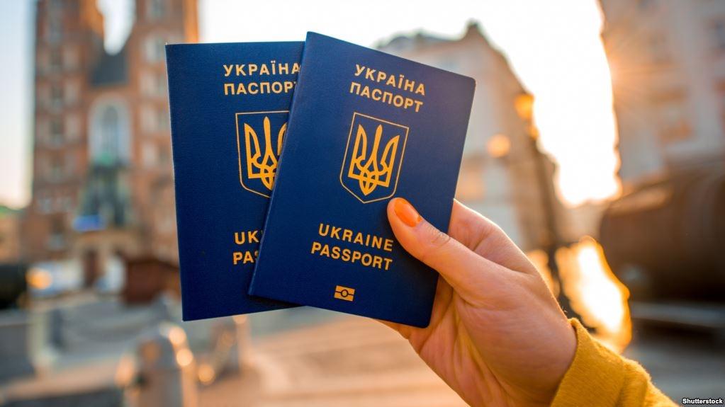 Больше 10 тысяч крымчан обратились за украинскими загранпаспортами в Херсонскую область