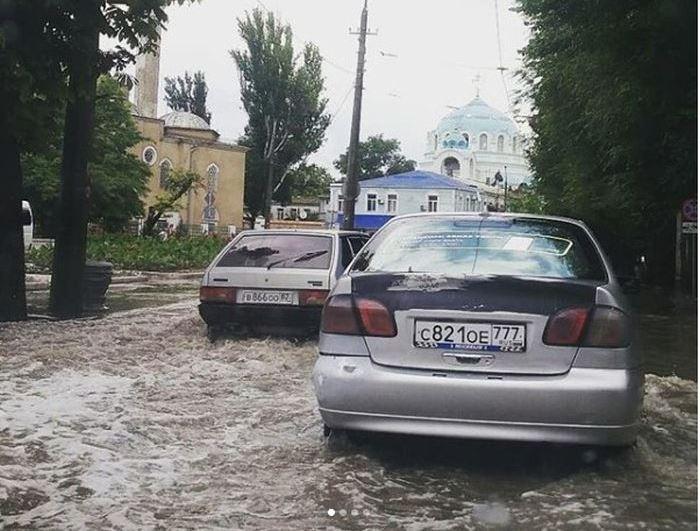 Летний дождь затопил Евпаторию и Симферополь