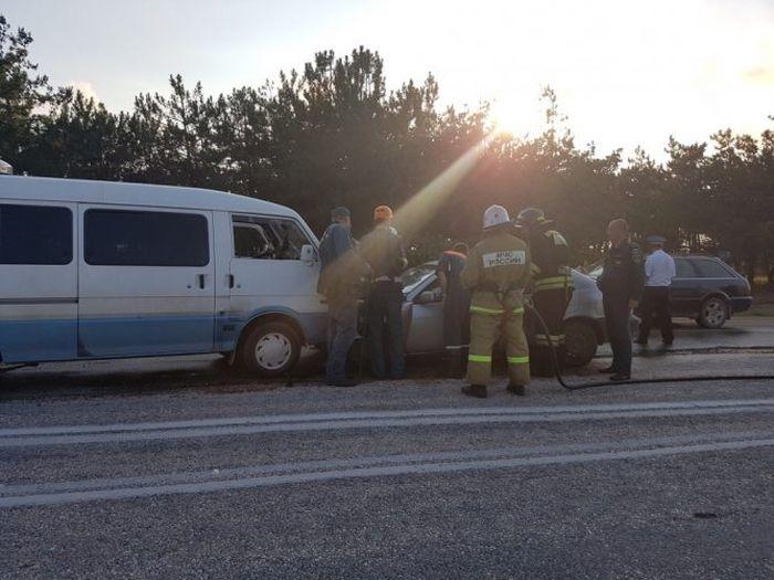 Под Севастополем «лоб в лоб» столкнулись микроавтобус и легковушка