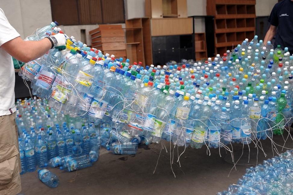Украинец приплыл в Крым на плоту из пластиковых бутылок