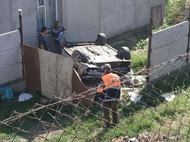 В Крыму машина «улетела» с трассы во двор частного дома, протаранила забор и перевернулась