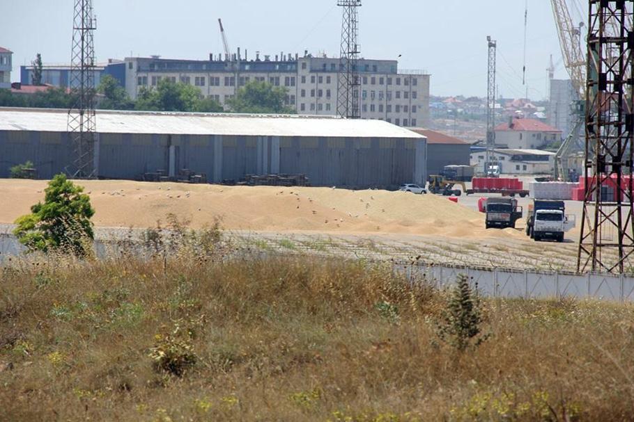 В Камышовой бухте под дождем мокнут тысячи тонн отборного зерна