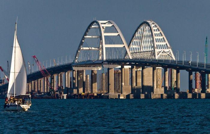 На железнодорожной части Крымского моста уложили первые рельсы