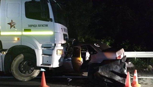 Ночью в Крыму столкнулись КамАЗ и ВАЗ: пассажиров легковушки пришлось вырезать из металла