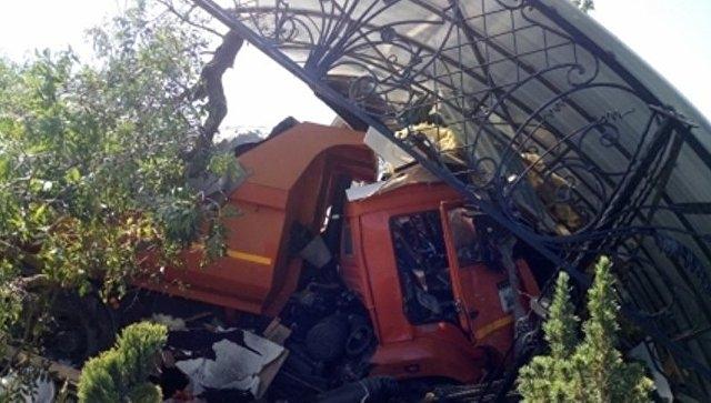 Под Симферополем КамАЗ снес бетонные ограждения из-за лопнувшего колеса