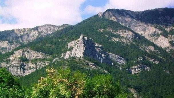 В Крымских горах этой ночью заблудились трое туристов — один получил травму