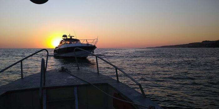 У берегов Севастополя на мель села яхта