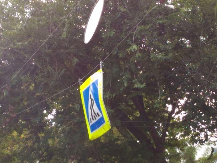 «Он задел его крышей с громким стуком»: в Севастополе высокие автобусы портят подвесные дорожные знаки
