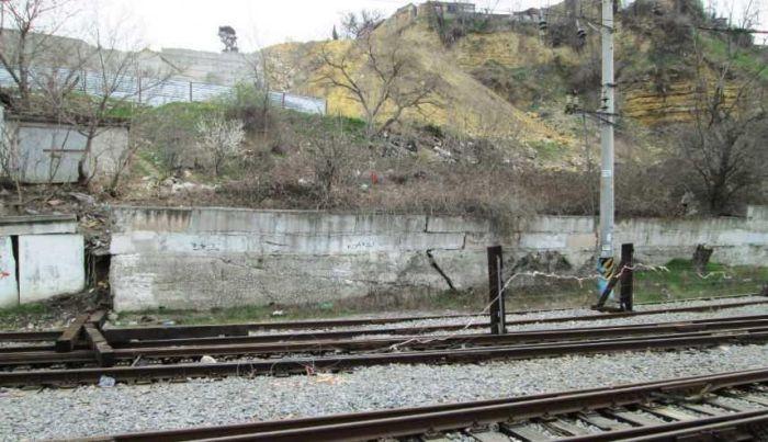 СМИ: в Севастополе оползень разрушает железную дорогу