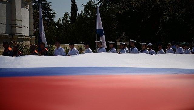 В центре Севастополя развернули 50-метровый российский флаг