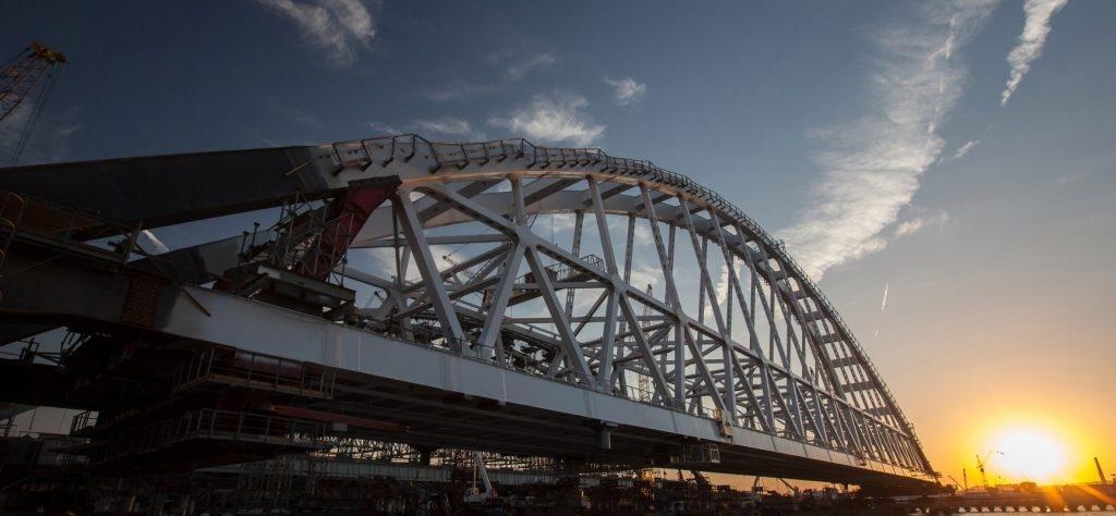 Аксенов рассказал, когда начнется движение большегрузов по Крымскому мосту