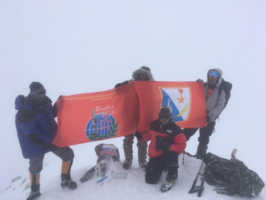 Альпинисты развернули флаг Севастополя на Эльбрусе