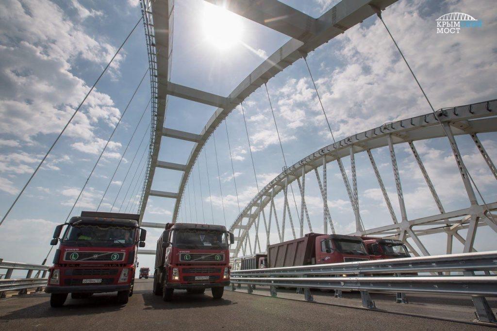 С понедельника по Крымскому мосту начнут ездить фуры