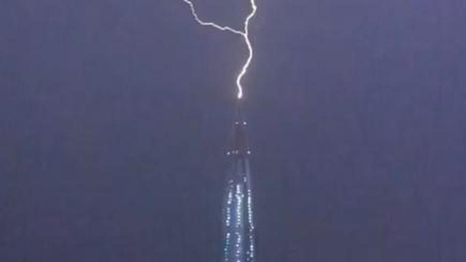 Очевидцы запечатлели удар молнии в самое высокое здание Европы