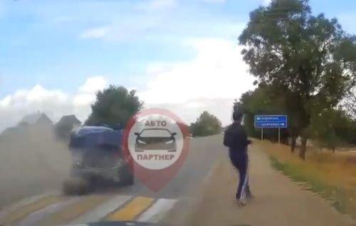 На пешеходном переходе в Крыму столкнулись два автомобиля