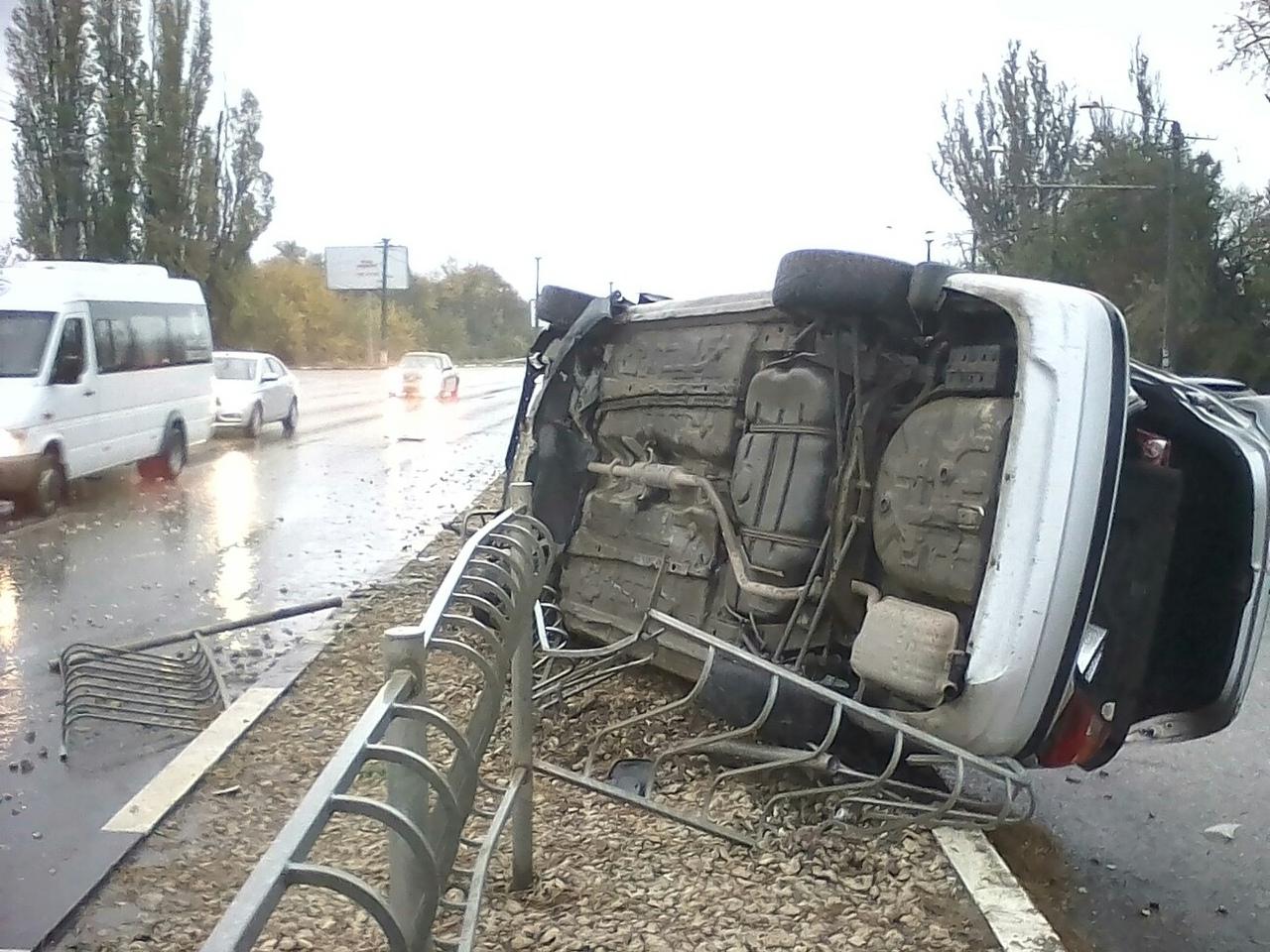 «Снесла забор, а на асфальте много крови»: на скользкой дороге в Крыму перевернулась легковушка