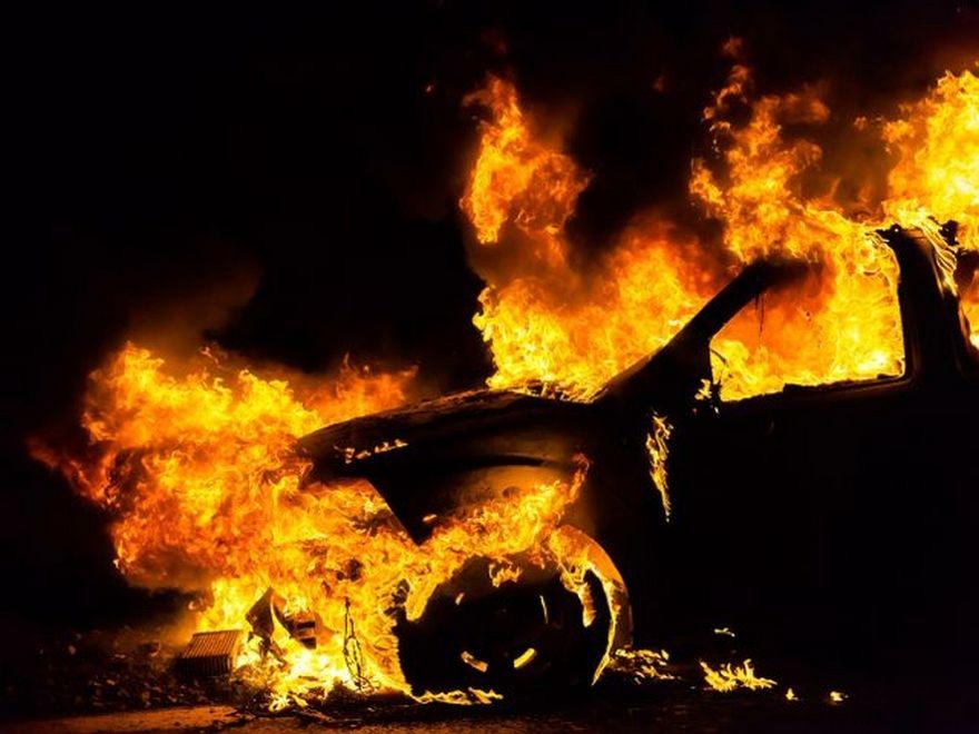 В Крыму на трассе на ходу загорелся BMW X5