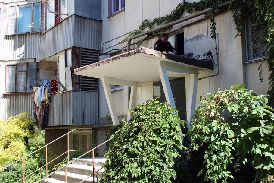В Севастополе годовалый ребёнок выпал из окна на козырек подъезда и получил серьёзные травмы