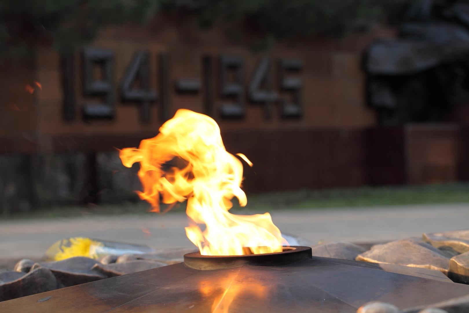 Школьницы прикурили от Вечного огня, сожгли венок и попались
