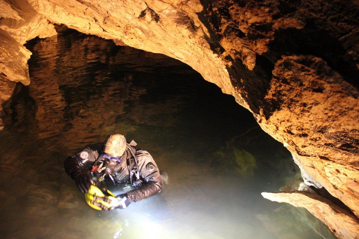 Спасатели в Крыму 14 часов эвакуировали туриста из затопленной пещеры