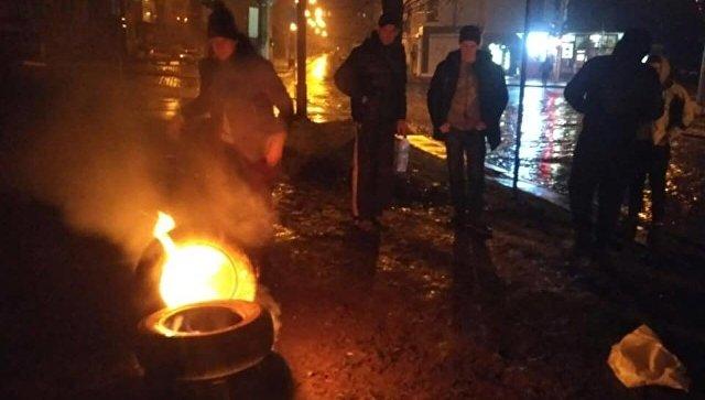 Митингующие во Львове подожгли шины у здания консульства РФ