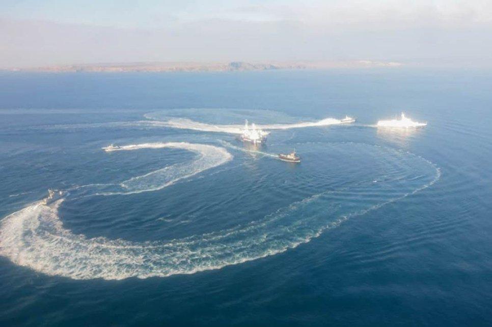 Украинские военные корабли нарушили российскую границу и устроили провокацию (фото)