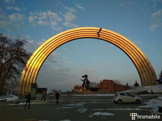 Из-за Крыма в Киеве «раскололи» Арку дружбы народов