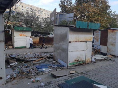 На дороге-дублере проспекта Героев Сталинграда начался демонтаж НТО