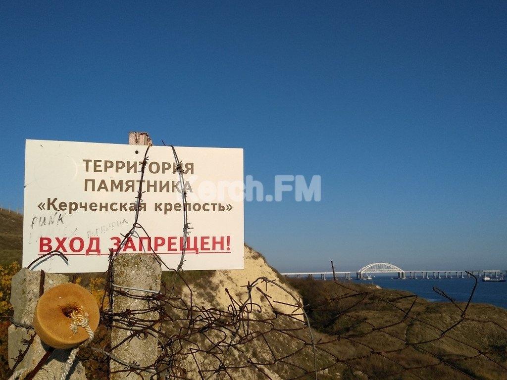 «Стыдно перед отдыхающими»: на смотровой площадке на мост в Керчи образовалась свалка