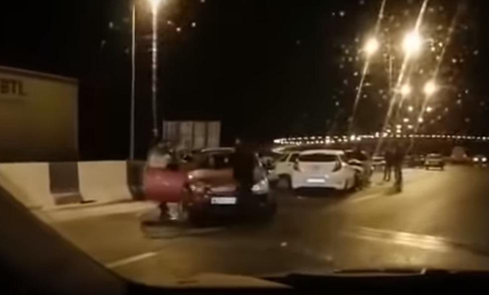 Из-за гололёда на Крымском мосту произошло массовое ДТП