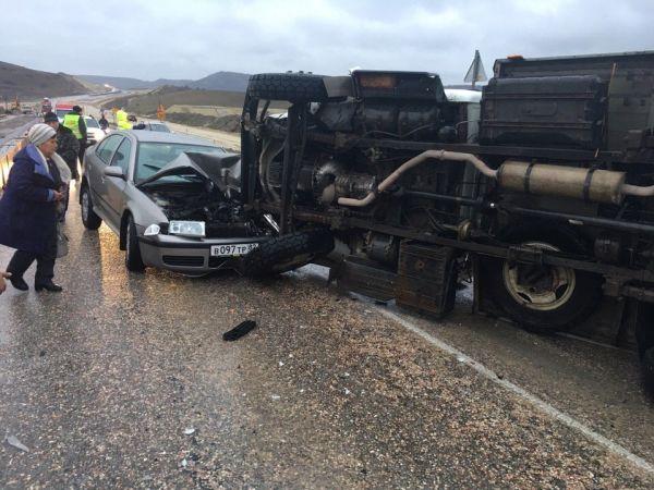 На трассе Симферополь-Севастополь опрокинулся грузовик