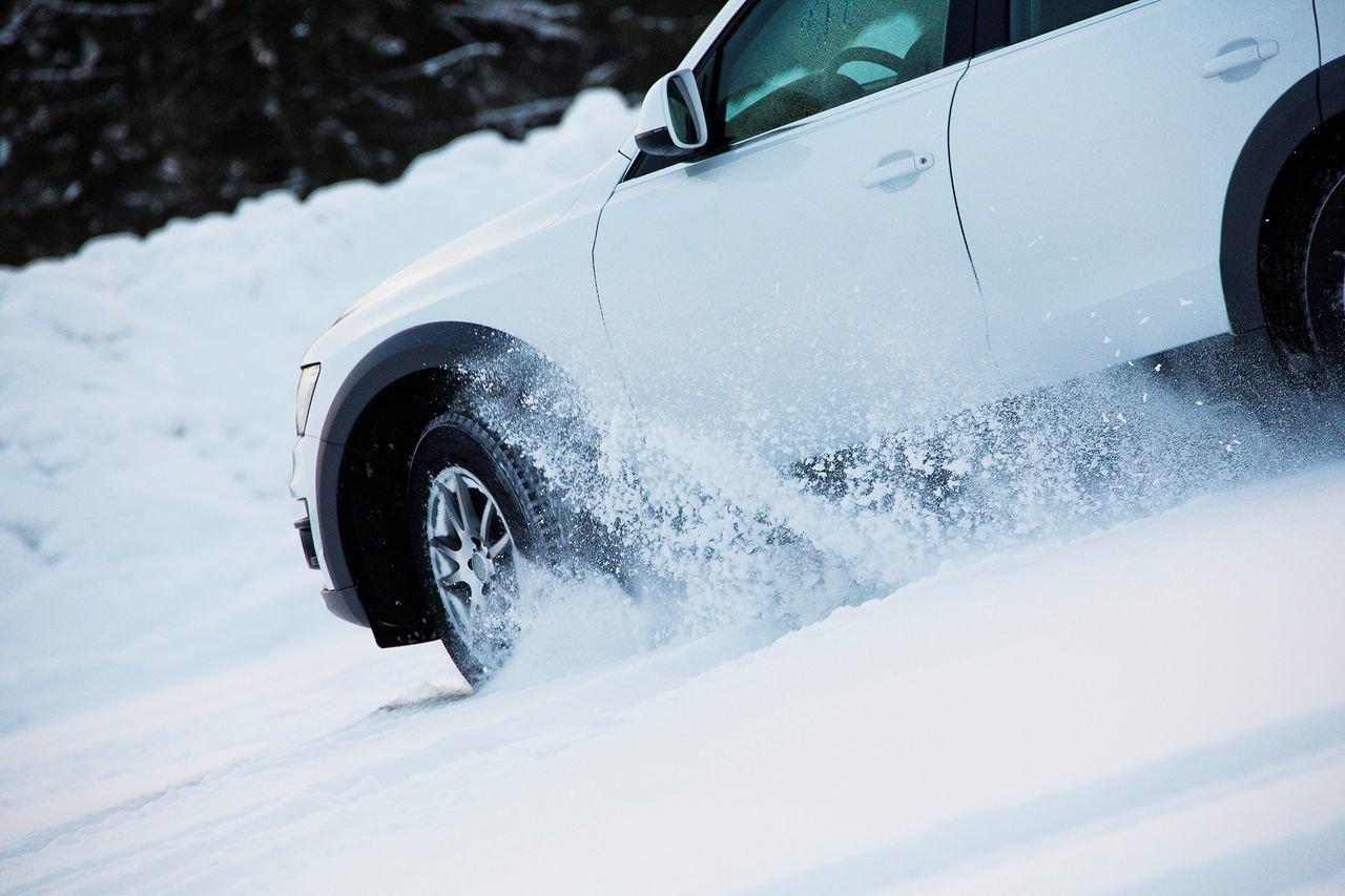 Два автомобиля застряли в снегу в Крыму