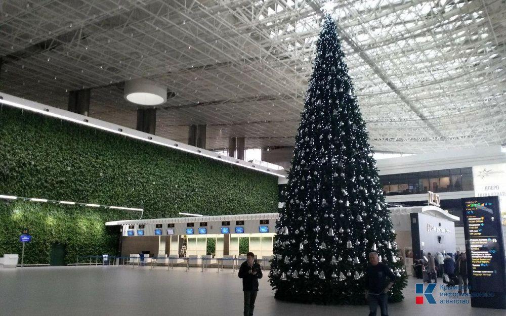 В аэропорту Симферополя установили самую большую новогоднюю елку в Крыму