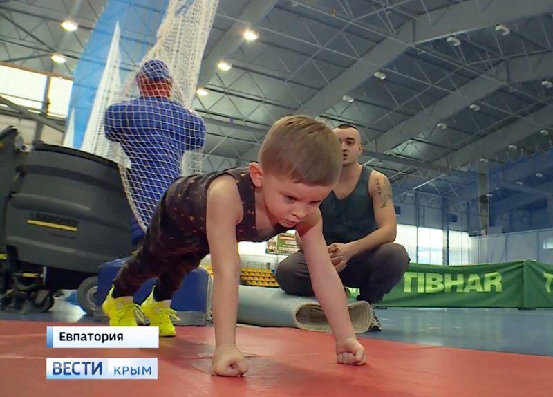 Четырёхлетний мальчик из Евпатории побил рекорд России по отжиманиям