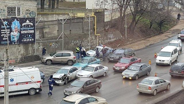 В центре Симферополя столкнулись шесть машин – работают медики