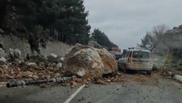 Обвал на ЮБК: трассу Севастополь-Ялта засыпало камнями