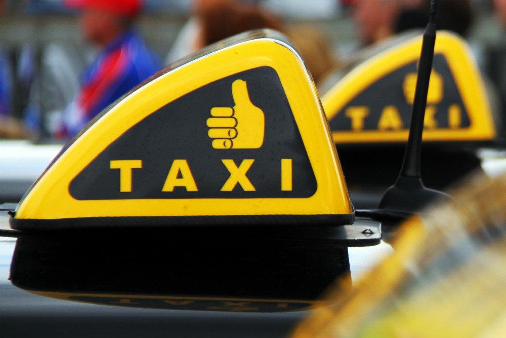 В Керчи таксиста обокрали пьяные пассажиры