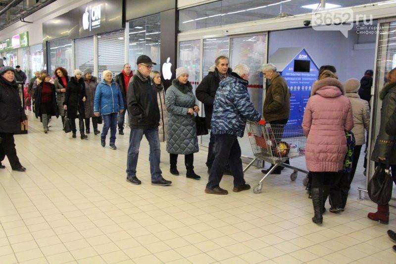 В Симферополе в двух ТРЦ экстренно эвакуировали посетителей