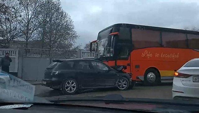 В Крыму лобовое столкновение рейсового автобуса и легковушки (фото)