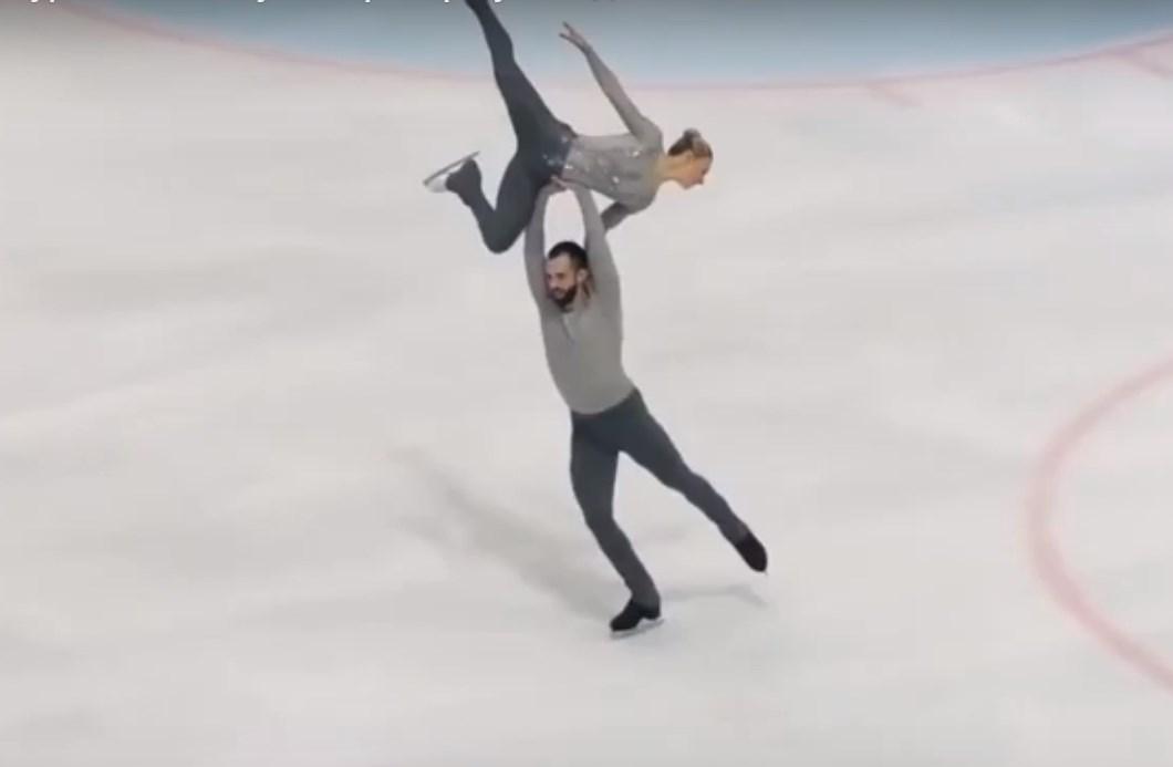 Американский фигурист «вонзил» партнершу головой в лёд (видео)