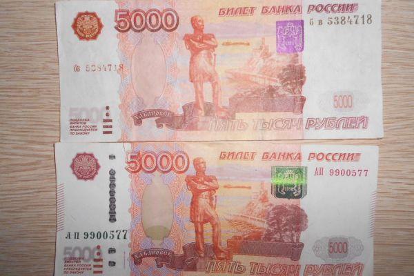Двое мужчин сбывали на крымском рынке поддельные пятитысячные купюры: как отличить фальшивку
