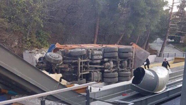 Отель «Ялта-Интурист» уже начал восстанавливать горки аквапарка, поврежденные грузовиком