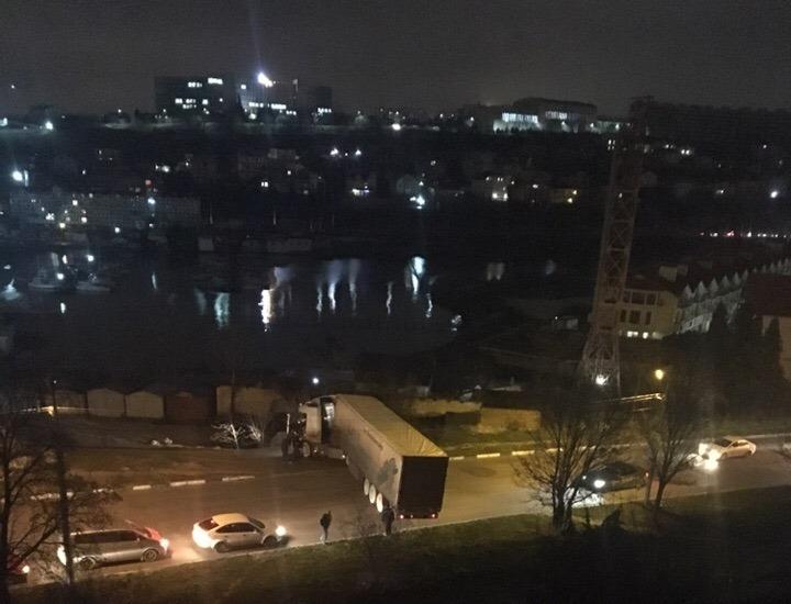 ДТП в Севастополе: длинномер «развернуло» поперек дороги
