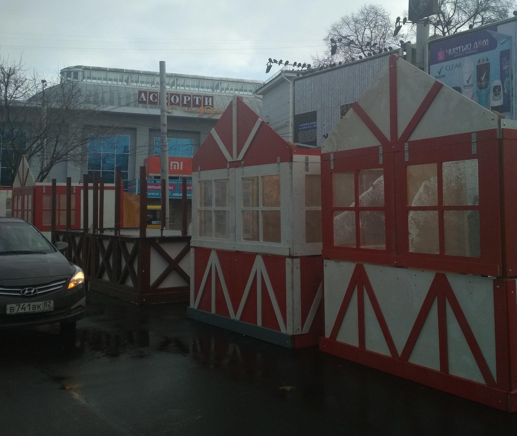 В Симферополе разворачивают новогоднюю ярмарку